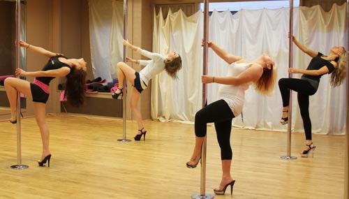 Múa cột là một cách tuyệt vời để bạn nữ xây dựng sự tự tin và thêm yêu quý cơ thể mình. Ảnh: pinkfitnessstudio.com