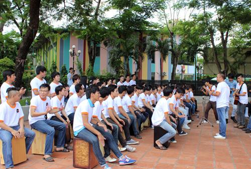 Hơn 50 bạn trẻ là học sinh, sinh viên tại nhiều trường TP HCM đam mê trống cajon đã cùng quy tụ trong buổi . Ảnh: Lê Phương.