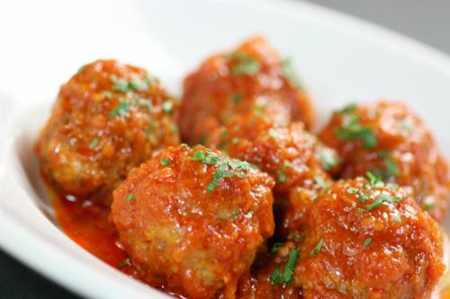 Món thịt viên sốt cà chua thơm ngon. Ảnh: Hồng Diễm