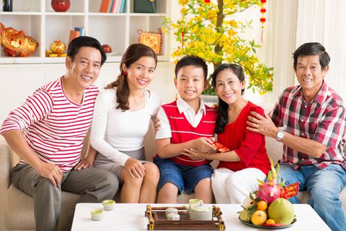 Dù bận rộn đến đâu, con cái vẫn mong được sum họp cùng bố mẹ khi Tết đến xuân về. Nguồn hình: shutterstock)