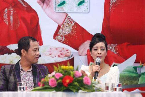 Phó giáo sư, Tiến sĩ tâm lý học Huỳnh Văn Sơn và nghệ sĩ Chiều Xuân chia sẻ kinh nghiệm trongbuổi tọa đàm Tết trao yêu thương do Lifebuoy tài trợ