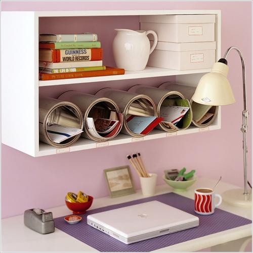 Các món đồ lặt vặt được để gọn gàng trong các hộc tủ làm từ thùng sơn.