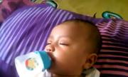 Làm sao để bé chịu bú sữa khi thức