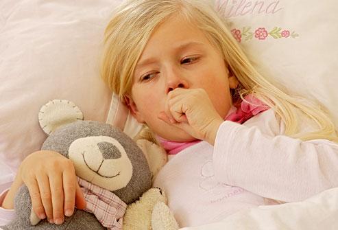 Trẻ bị viêm đường hô hấp trên thường có biểu hiện ho, viêm họng, sổ mũi và sốt. Ảnh: Webmd.