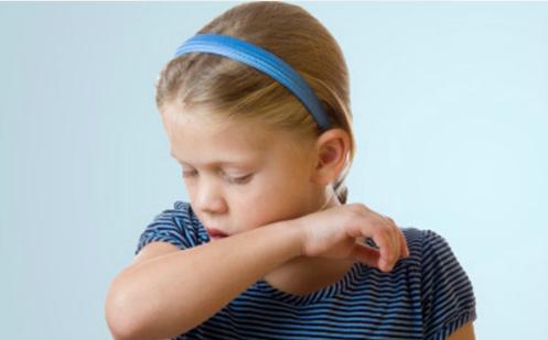 Đối với trẻ nhỏ, tính an toàn cần được đặt lên hàng đầu khi chọn mua thuốc ho. Ảnh: Atemis.