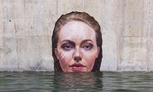 Chàng trai vẽ tranh phụ nữ nổi lên từ nước trông như thật