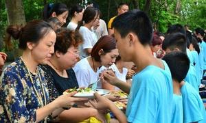 Con quỳ gối bón cơm cho cha mẹ để tỏ lòng biết ơn