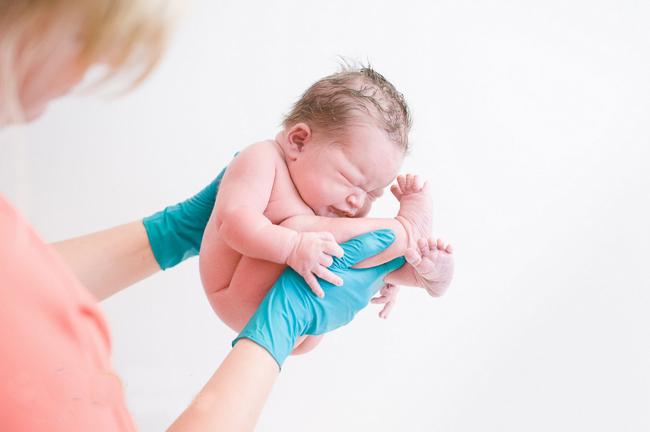 Bé sơ sinh tuyệt đẹp trong tư thế bào thai
