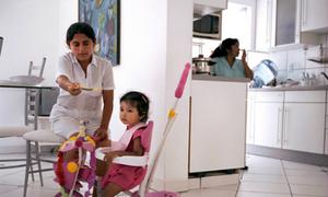 Trẻ chậm nói vì bố mẹ bỏ mặc con cho người giúp việc