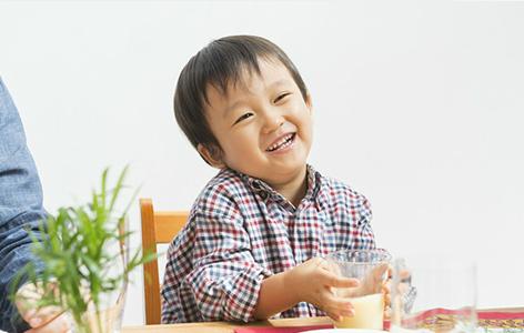 Câu 'thần chú' của bà mẹ khiến cậu bé lười ăn chén sạch mọi thứ