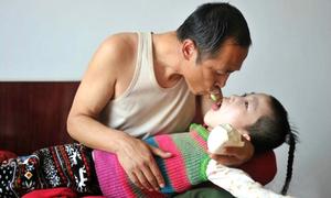 Đôi vợ chồng lao công 15 năm mớm cơm cho đứa trẻ nhặt được
