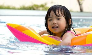 Sai lầm hay gặp của bố mẹ khi cho con đi bơi ngày nóng