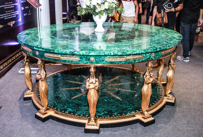 Những bộ bàn ghế bạc tỷ được bày bán ở Hà Nội