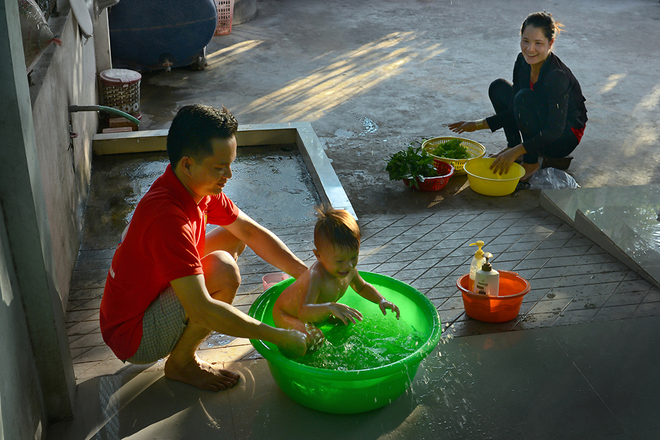 Khoảnh khắc ngọt ngào khi các ông bố Việt chăm con