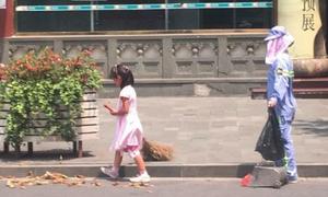 Cô bé đầu trần quét rác giúp mẹ giữa trời 40 độ