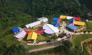 Ngôi trường ọp ẹp biến thành tổ hợp rực rỡ giữa rừng xanh