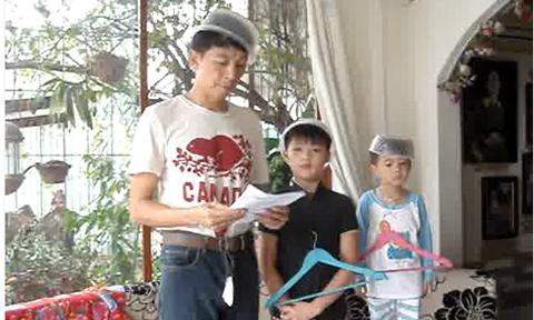 3 bố con úp bát trên đầu đọc diễn văn mừng sinh nhật mẹ