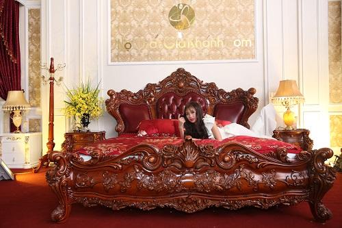 Chiếc giườngFrench Climbing Rosesđược làm từ gỗ đỏ nguyên khối quý hiếm.