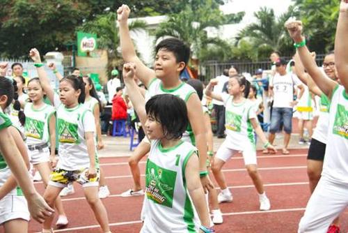 Điền kinh, bóng rổ, bóng chuyền, bóng đá, cờ vua, cờ tướng, võ thuật... là những môn thể thao tốt cho trẻ.