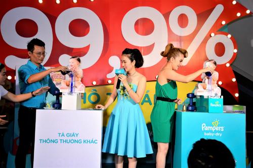 Hoàng Bách và Khánh Thi tham gia Thử Thách 99.9% Khô Thoáng