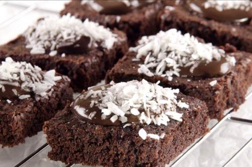 Bánh brownie là món ăn quen thuộc đầy hấp dẫn của các tín đồ chocolate.