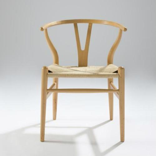 Thú vị không kém là Wishbone, được lấy cảm hứng từ những chiếc ghế thời nhà Minh. Ghế Wishbone phối hợp mượt mà nét tinh tế châu Á với sự sang trọng của Bắc Âu. Tuy kiểu dáng đơn giản, song chiếc ghế này phải mất 3 tuần để thực hiện 100 bước từ gọt đẽo, uốn cong phần gỗ, đánh nhám đến đan tay mặt ghế từ 12m dây giấy.