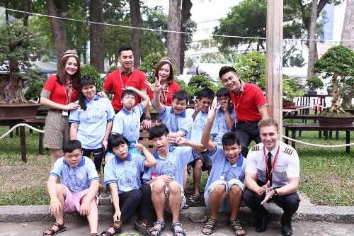 Hàng trăm món quà từ chương trình Tết ấm tình thương do Vietjet tổ chức được trao tận tay các em nhỏ có hoàn cảnh khó khăn tại TP HCM và Lâm Đồng.