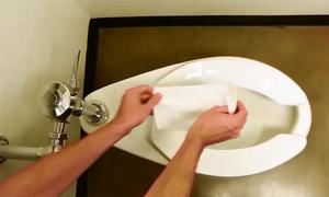 5 giây xóa tan rắc rối hay gặp ở toilet