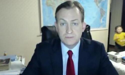 Ông bố giáo sư bị 2 con nhỏ phá đám khi trả lời truyền hình trực tiếp