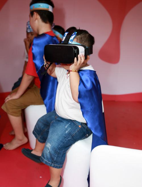 Đặc biệt, các bé được xem phim Mẹ răng nhỏ - Con răng to và trải nghiệm quy trình chải răng chân thực bằng công nghệ thực tế ảo VR 3600. Thiết bị số đưa bé vào thế giới chăm sóc răng miệng diệu kỳ và tương tác sống động như thật, xua tan nỗi sợ đánh răng sớm tối ngày 2 lần.