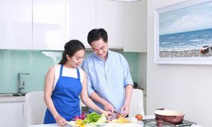Chồng tá hỏa khi thấy vợ hẹn hò nấu ăn cùng trai lạ