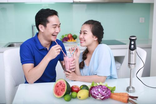 Cùng nhau làm bếp giúp tình cảm vợ chồng thêm nồng thắm, nếu người chồng vụng về cũng có thể phụ vợ việc đơn giản như xay sinh tố.