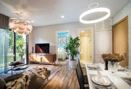 Phòng ăn và phòng khách chung một không gian,kết hợp hài hòa các mảngmàu xám và trắng. Bàn ăn màu trắng, thiết kếhiện đạithanh mảnh giúp tiết kiệm không gian. Trong khi đó, Sofa góc là lựa chọn phù hợp nhất cho căn hộ này.