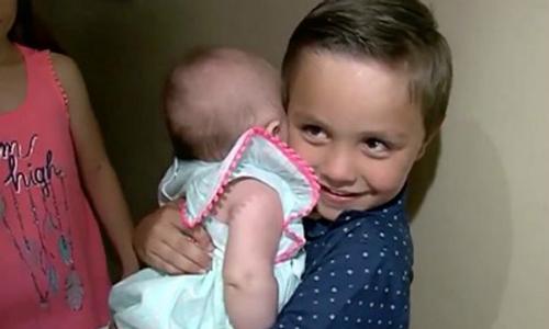Cậu bé 5 tuổi cứu mẹ thoát chết trong nhà tắm