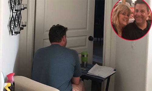 Chồng kê bàn trước khe cửa trò chuyện với vợ bị ung thư