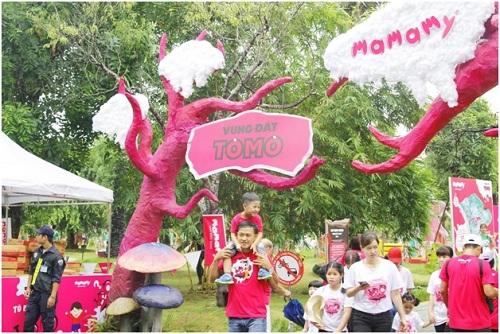 Cây tại Vùng Đất Tò Mò phải màu hồng và khác biệt hoàn toànVùng đất tò mò là chương trình thường niên dành cho trẻ em và gia đình, diễn ra trên khu vườn nhỏ giữa khuôn viên rộng hơn 10.000 m2 tại Hà Nội. Nơi đây được chia thành nhiều khu vực khác nhau, từ rừng rậm, đại dương, thị trấn sầm uất đến nhà máy kẹo bông khổng lồ. Năm 2016, sự kiện đã thu hút hơn 10.000 lượt người tham dự trong một ngày tổ chức.