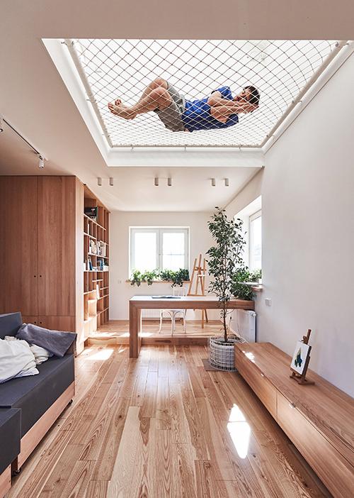 Ngôi nhà chăng lưới làm sàn để dễ trông trẻ