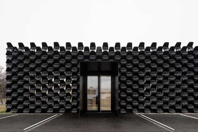 Chủ muốn nhà rẻ mà độc, KTS gắn 900 chiếc ghế lên tường