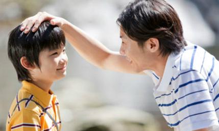 Bố sẵn sàng giúp con có những trải nghiệm mới trong cuộc sống. Ảnh: Brightside.