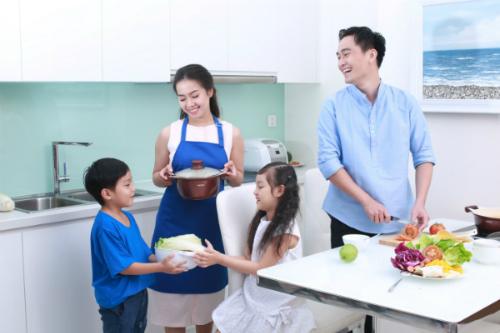 Gia đình vui vẻ hơn khi vợ nấu cơm, chồng nhặt rau, con cái phụ giúp.