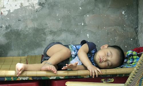 Cậu bé 13 tháng ngủ ở lề đường Hà Nội mỗi ngày để bố mẹ mưu sinh