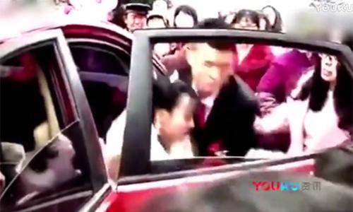 Bị 'cắm sừng', chú rể thô bạo với cô dâu trong ngày cưới
