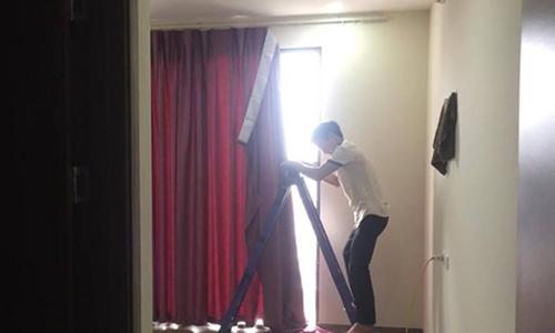 Chủ nhà Hà Nội ngỡ ngàng phát hiện thợ vào nhầm nhà mình lắp rèm