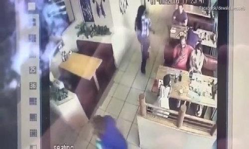 Bé 2 tuổi bị người lạ bế đi dù bố mẹ ngồi ngay trước mắt