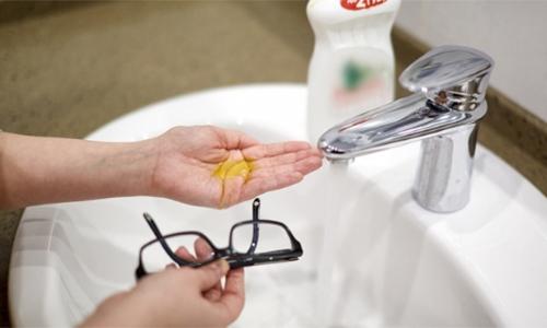8 mẹo thông minh ai đeo kính cũng phải biết