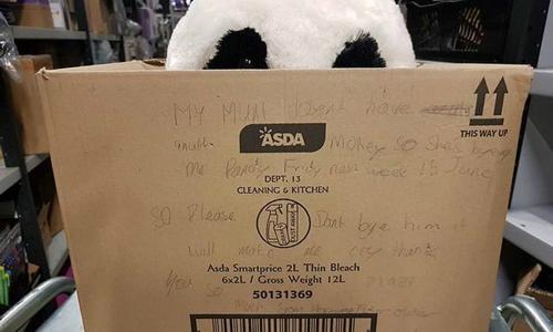 Cậu bé nghèo đột ngột có quà nhờ lời nhắn trên hộp giấy