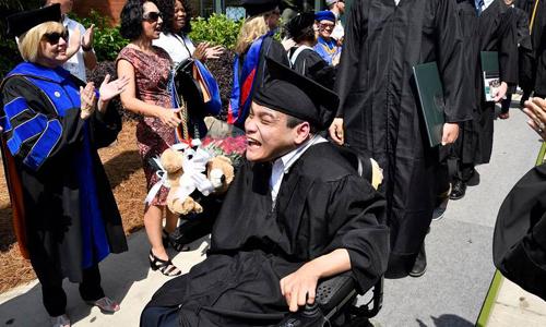 Đường vào đại học Mỹ của chàng trai Việt trên xe lăn