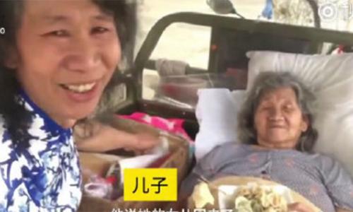 Người đàn ông đóng giả em gái đã mất suốt 20 năm để mẹ vui lòng