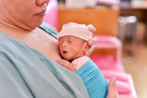 Cuộc sống bên ngoài trở nên ngọt ngào hơn khi bé Xí Muội được da kề da và cảm nhận cái ôm yêu thương của mẹ Lữ Thị Gấm.