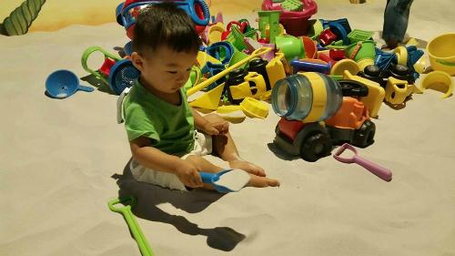 Tôi dạy con không nhường đồ chơi khi bị bạn giật